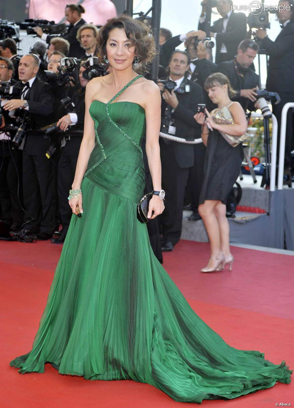 michelle yeoh l 39 or al girl sublime dans sa robe verte. Black Bedroom Furniture Sets. Home Design Ideas