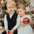 Le prince Jacques et la princesse Gabriella de Monaco photographiés devant le sapin de Noël. Photo publiée sur le compte Instagram de la princesse Charlene le 13 décembre 2018.