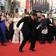 Quentin Tarantino s'éclate sur le tapis rouge du Palais des Festivals, sous les yeux de son équipe (Diane Kruger et Mélanie Laurent en arrière-plan)