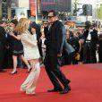 Quentin Tarantino danse avec Mélanie Laurent lors de la montée des marches avant la projection d' Inglourious Basterds , au Festival de Cannes, le 20 mai 2009