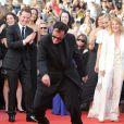 Quentin Tarantino s'éclate sous les yeux de Mélanie Laurent et Michael Fassbender lors de la montée des marches avant la projection d'Inglourious Basterds, au Festival de Cannes, le 20 mai 2009