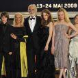 L'équipe du film lors de la montée des marches du Ruban blanc le 21 mai 2009 pour le 62e Festival de Cannes : Michael Haneke, Leonie Benesch, Marie-Victoria Dragus, Janina Fautz, Roxanne Duran, Michal Kranz, Leonard Proxauf et Enno Trebbs