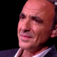 """Nikos Aliagas a fondu en larmes à l'écoute de """"Mon vieux"""", titre de Daniel Guichard repris par Kendji Girac et Patrick Fiori lors de l'enregistrement de l'émission """"La Chanson secrète"""", diffusée samedi 29 décembre sur TF1."""