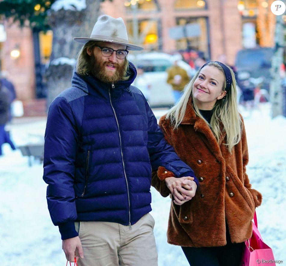 Exclusif - Wyatt Russell et sa compagne Meredith Hagner font du shopping à Aspen dans le Colorado. Le 24 décembre 2018