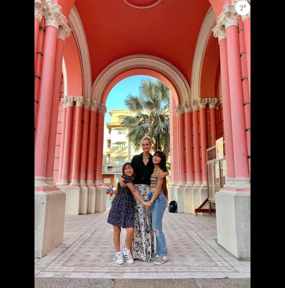 Laeticia Hallyday avec ses filles Jade et Joy, posent sur une photo dévoilée sur Facebook le 5 janvier 2019