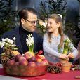 Le prince Daniel de Suède et sa fille la princesse Estelle en pleine déco de Noël, photo officielle pour les fêtes de fin d'année 2018. ©Tiina Björkbacka / Cour royale de Suède