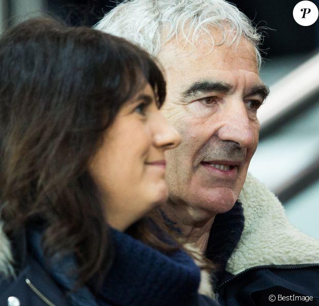 Estelle Denis et Raymond Domenech en couple au Parc des Princes à Paris le 9 janvier 2019 lors du quart de finale de la Coupe de la Ligue entre le PSG et l'En Avant Guingamp. © Cyril Moreau/Bestimage