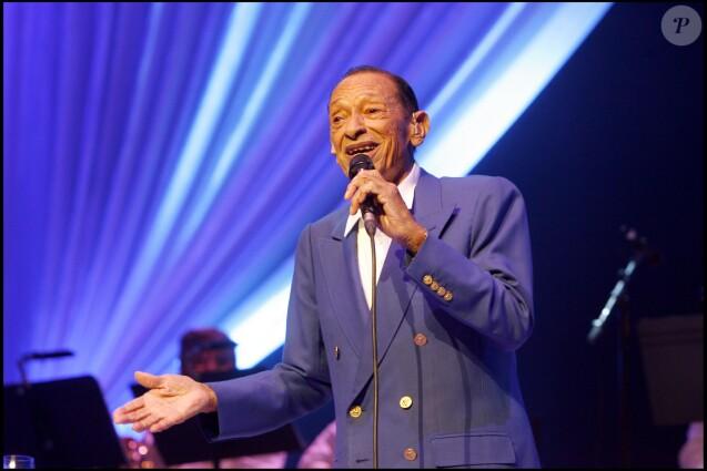 """Henri Salvador fait ses adieux à la scène lors d'un concert au Palais des Congrès, à Paris, le 21 décembre 2007. """""""