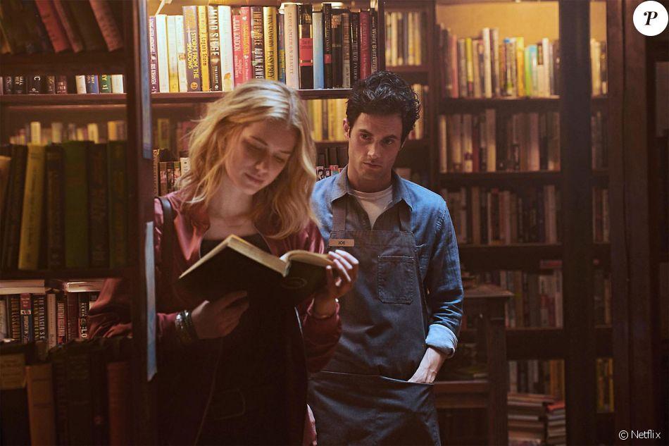 """Elizabeth Lail et Penn Badgley dans la série """"You"""" diffusée en France sur Netflix."""