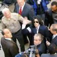 Michael Jackson lors de son arrivée au tribunal de Santa Maria en 2004, dans le cadre de son procès pour agression sexuelle sur enfant.