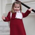 La princesse Charlotte de Cambridge photographiée par sa mère la duchesse Catherine au matin du 8 janvier 2018 au palais de Kensington, à Londres, avant son départ pour son premier jour à la crèche, la Willcocks Nursery School.