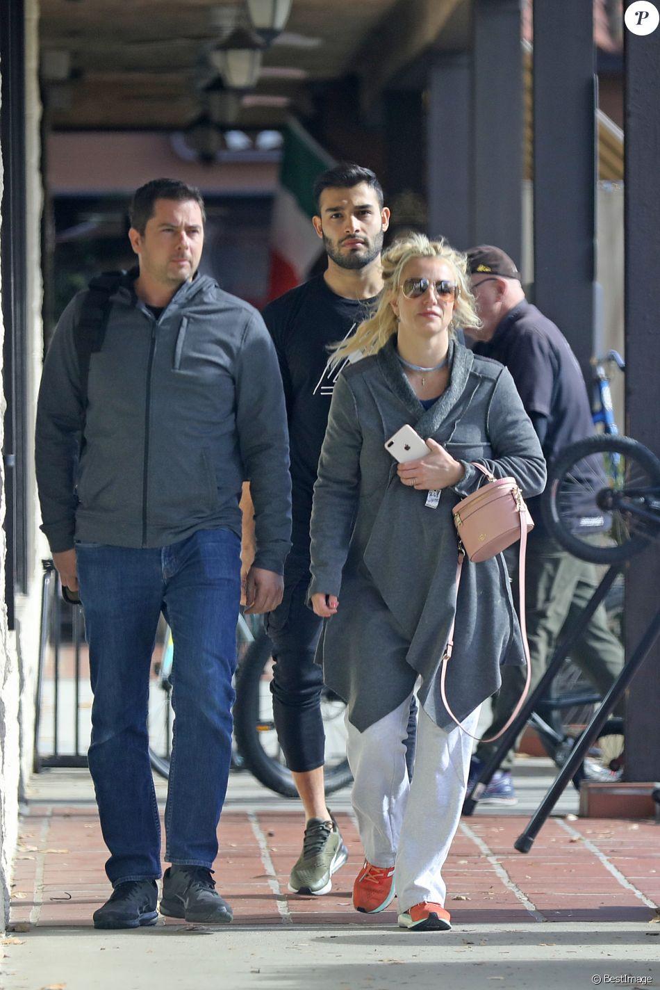 Exclusif - Britney Spears et son compagnon Sam Asghari se font plaisir au In-N-Out Burger à Los Angeles, le 6 janver 2019. Le couple se rend ensuite dans un magazin de vélos.