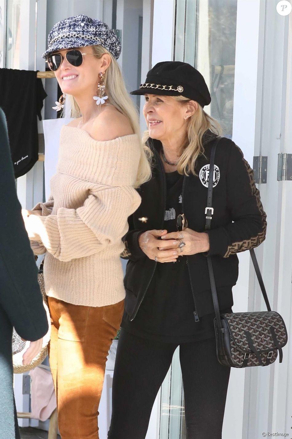 Laeticia Hallyday fait du shopping avec sa mère Françoise Thibaut et rencontre un couple d'amis à Brentwood le 7 février 2019.