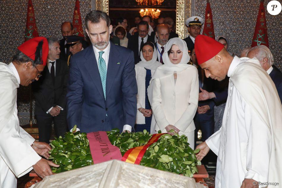 Le roi Felipe VI d'Espagne et la reine Letizia, voilée, ont visité et se sont recueillis au Mausolée Mohammed-V à Rabat au Maroc le 14 février 2019 lors de leur visite officielle de deux jours à l'invitation du roi Mohammed VI.