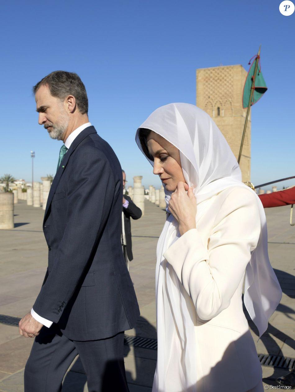Le roi Felipe VI d'Espagne et la reine Letizia, voilée, se sont recueillis au Mausolée Mohammed-V à Rabat au Maroc le 14 février 2019 lors de leur visite officielle de deux jours à l'invitation du roi Mohammed VI.
