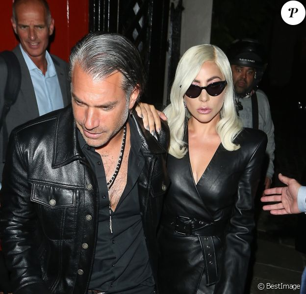 """Lady Gaga et son compagnon Christian Carino se rendent dans le pub """"The Grenadier"""" à Londres, le 26 septembre 2018."""