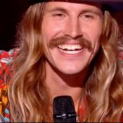 """The Voice 8 – Maxime, à l'aise sur scène : """"C'est surtout grâce à l'auto-stop !"""""""