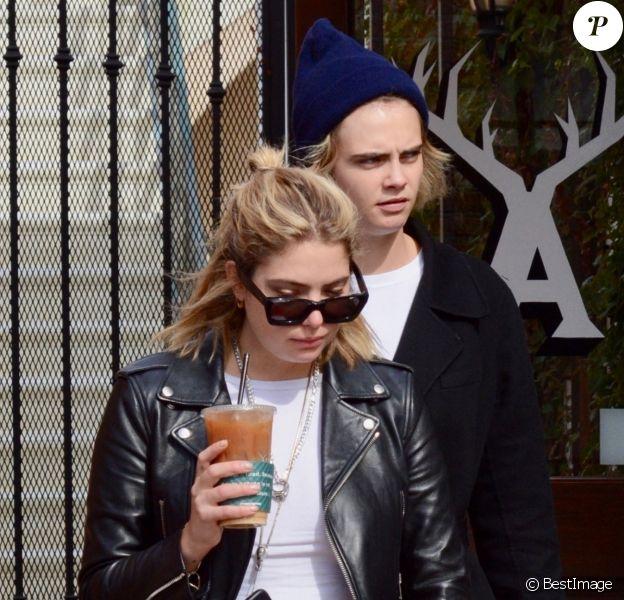 Cara Delevingne et sa compagne Ashley Benson sont allées acheter un café à emporter chez Alfred Coffee à Studio City, le 4 novembre 2018.