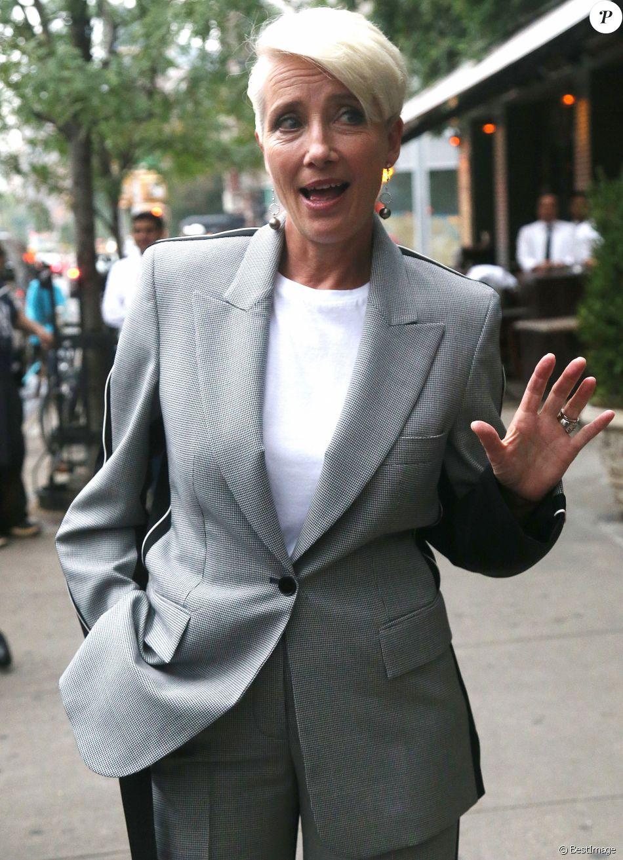 Emma Thompson en tailleur gris dans la rue à New York le 11 septembre 2018.