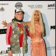 Keith Flint avec Donatella Versace en mai 2004 à la soirée de l'amfAR lors du Festival de Cannes. Le chanteur anglais est mort le 4 mars 2019 à 49 ans.