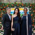 """Amal et George Clooney posant avec l'activiste Nice Nailantei Leng'ete, lors du gala de la loterie caritative """"People's Postcode Lottery"""" à Edimbourg le 14 mars 2019"""