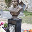 Exclusif - En présence de Julie Bocquet, sa fille cachée, la statue rénovée de Claude François a été dévoilée au cimetière de Dannemois où l'artiste a vécu jusqu'à sa mort, le 9 mars 2019. © Marc Ausset-Lacroix/Bestimage