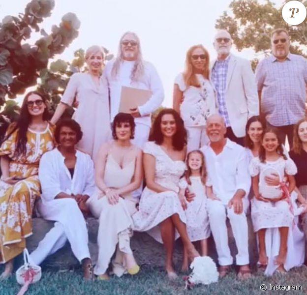 Bruce Willis et sa femme Emma ont renouvelé le 21 mars 2019 leurs voeux de mariage, 10 ans après, dans les îles Turks-et-Caïcos, en présence notamment de leurs filles Evelyn et Mabel, de l'ex-femme de l'acteur, Demi Moore, ainsi que de ses filles Rumer et Scout. Photo Instagram Rumer Willis.
