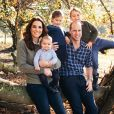 Le prince William, duc de Cambridge, et Catherine (Kate) Middleton, duchesse de Cambridge, posent avec leurs trois enfants, le prince Louis, la princesse Charlotte et le prince George à Anmer Hall, Norfolk, Royaume Uni.