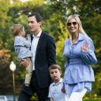 Jared Kushner et sa femme Ivanka Trump traversent la pelouse sud de la Maison Blanche à Washington DC avec leurs enfants Theodore et Joseph après un week-end à Bedminster dans le New Jersey, le 29 juillet 2018.