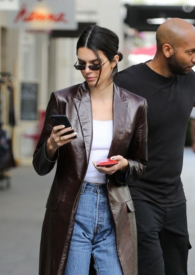 Exclusif - Kendall Jenner est allée manger une glace lors d'une virée shopping au Topanga Canyon Mall à Woodland Hills, Los Angeles, le 19 mars 2019.