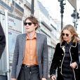 Kate Moss et son compagnon Nikolai Von Bismarck sortent de l'hôtel Ritz à Paris pour faire du shopping à la boutique Messika joaillerie le 28 février 2019.
