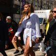 Serena Williams porte une robe fendue qui laisse entrevoir sa culotte dans la rue à New York le 3 avril 2019.