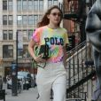 Gigi Hadid porte un t-shirt Tie and Dye (Ralph Lauren) avec un sac assorti en balade dans les rues de New York, le 30 mars 2019.  Gigi Hadid steps out for the day while rocking a tie dye Polo shirt in NYC. The supermodel paired the colorful top with white capri pants and white shoes. 30th march 2019.30/03/2019 - New York