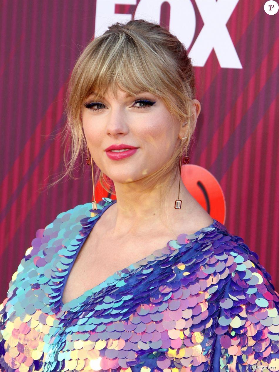 "Taylor Swift au photocall des ""2019 iHeart Radio Music Awards"" au Microsoft Theatre à Los Angeles, le 14 mars 2019."