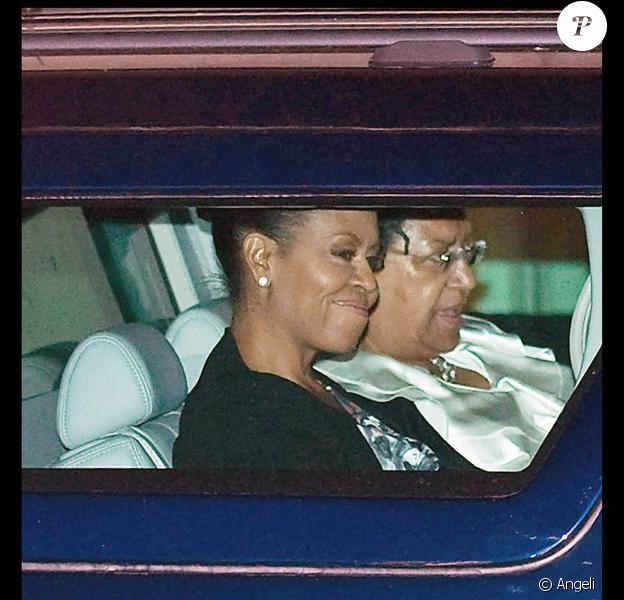 Michelle Obama et ses filles à la sortie du théâtre à Londres hier soir où elles ont assité au spectacle du Roi Lion