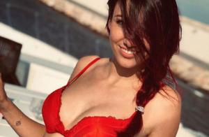 Delphine Wespiser, coquine au soleil, s'exhibe en soutien-gorge rouge