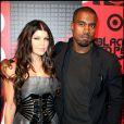 La super roulée Fergie, aux côtés de Kanye West, lors de la grande soirée pour la sortie de l'album des Black Eyed Peas, au Griffin de New York, le 10 juin 2009 !