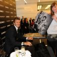 David Beckham à Londres en train de signer des autographes aux admirateurs de sa nouvelle campagne
