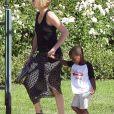 Charlize Theron emmène son enfant Jackson chez un ami à Los Angeles, le 3 août 2015