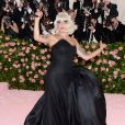 "Lady Gaga fait un striptease lors de son arrivée à la 71e édition du MET Gala sur le thème ""Camp: Notes on Fashion"" au Costume Intitute du Metropolitan Museum of Art à New York, le 6 mai 2019."