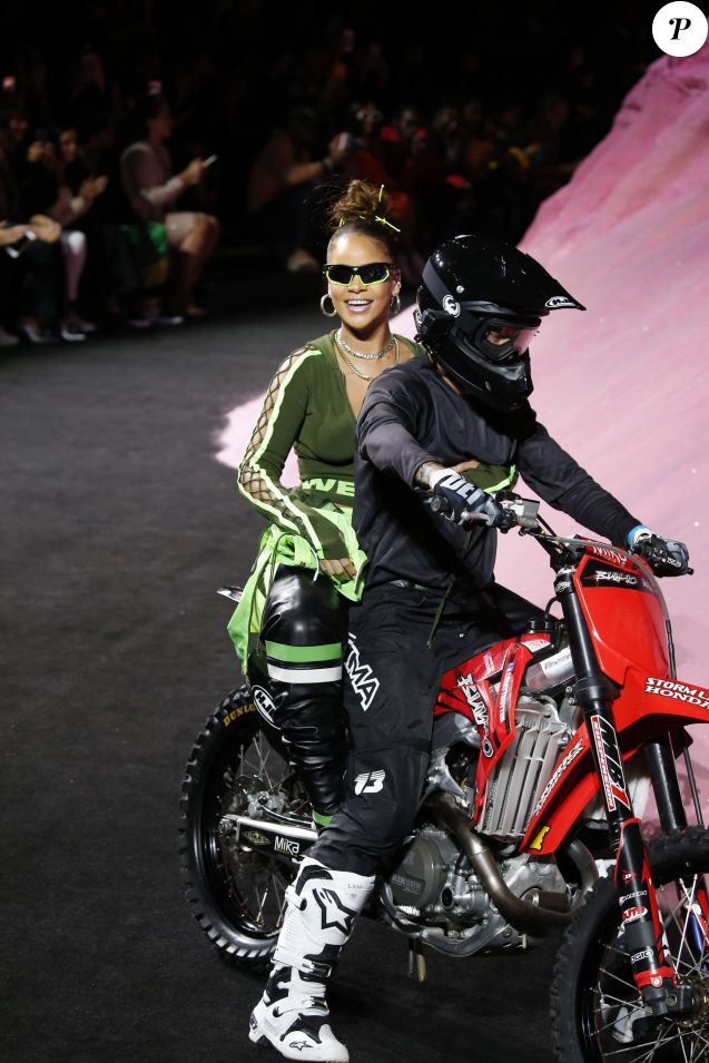Rihanna en moto-cross lors du défilé Fenty Puma by Rihanna lors de la Fashion Week à New York, le 10 septembre 2017.