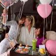 Laeticia Hallyday célèbre la fête des Mères à Los Angeles avec Jade et Joy, le 12 mai 2019.