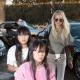 Laeticia Hallyday et ses filles Jade et Joy s'arrêtent rue de Rivoli pour rendre visite à une amie à Paris le 9 octobre 2018.
