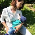 Daniela Martins en train d'allaiter son fils V. - Instagram, 13 mai 2019