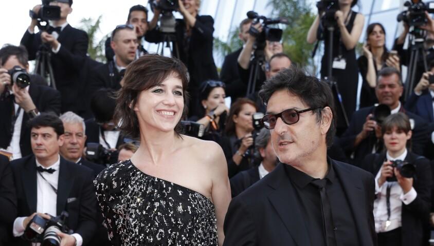 """Charlotte Gainsbourg et son compagnon Yvan Attal à la montée des marches du film """"How to Talk With Girls at Parties"""" lors du 70ème Festival International du Film de Cannes, le 21 mai 2017."""