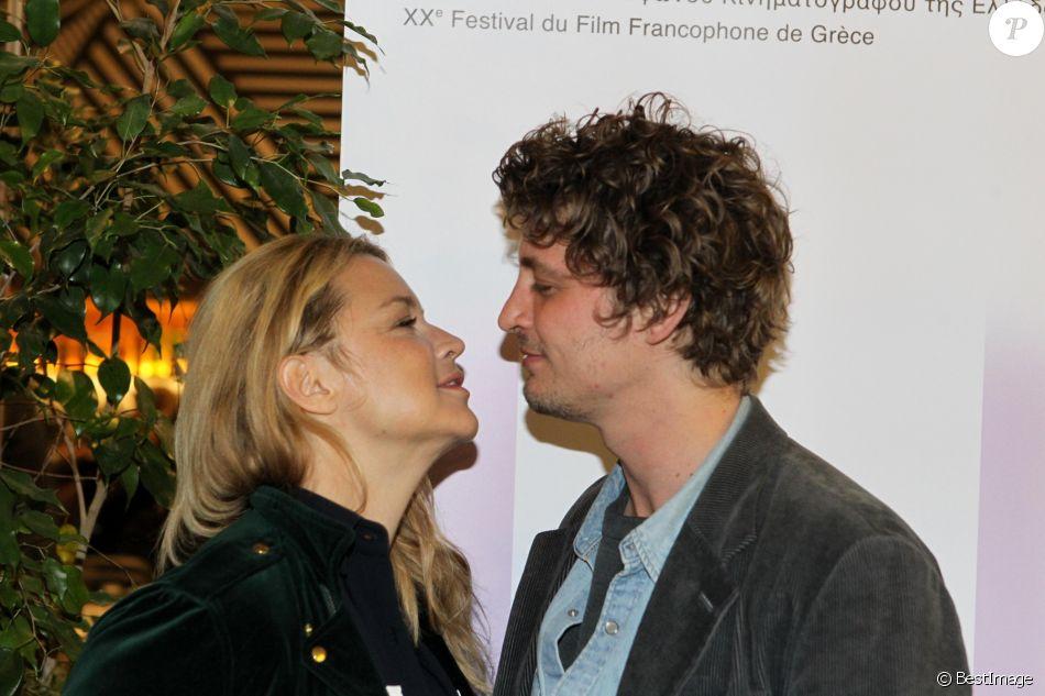 """Virginie Efira et son compagnon Niels Schneider - Première du film """"Un amour impossible"""" lors du festival du film français à Athènes en Grèce le 6 avril 2019."""