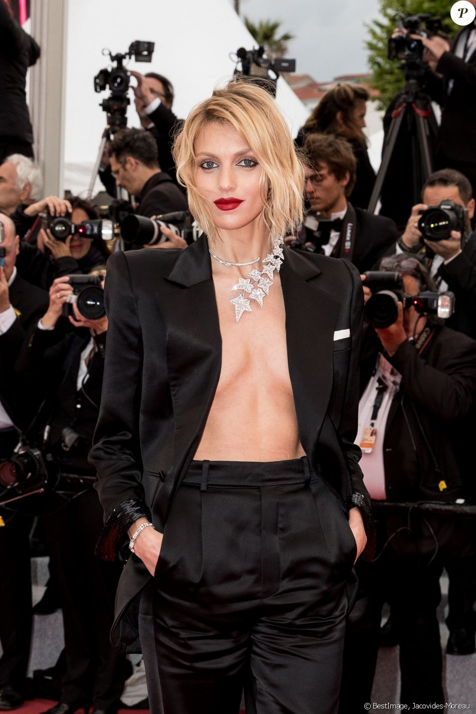 """Anja Rubik - Montée des marches du film """"Douleur et Gloire"""" lors du 72e Festival International du Film de Cannes. Le 17 mai 2019 © Jacovides-Moreau / Bestimage"""