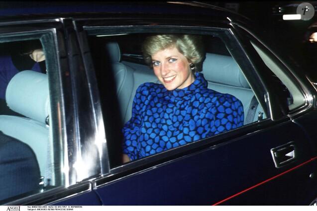 Princesse Diana à Londes souriante en voiture.