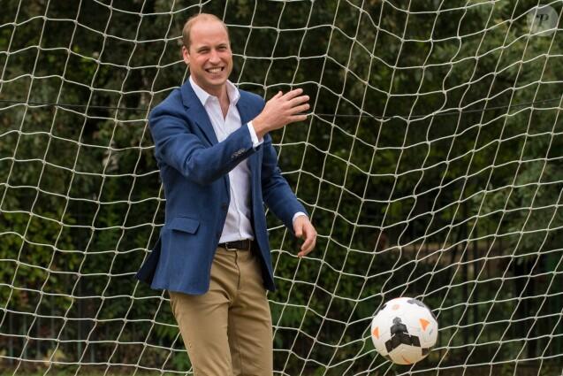 """Le prince William, duc de Cambridge, reçoit l'équipe de football féminine """"Wildcats Girl""""s"""" à Kensington Palace le 13 juillet 2017."""