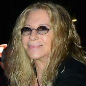 """Barbra Streisand émue : Ses chiens clonés posent sur la tombe de leur """"mère"""""""